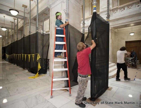 Construction workers from the Darragh Company in Little Rock put on scaffolding on the 2nd floor on the House of Representatives_6648806878900733054