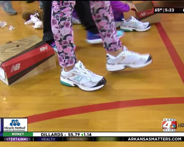Kids Get Running Shoes_60697285