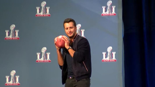 Luke Bryan prepares to sing national anthem at SBLI_29275732