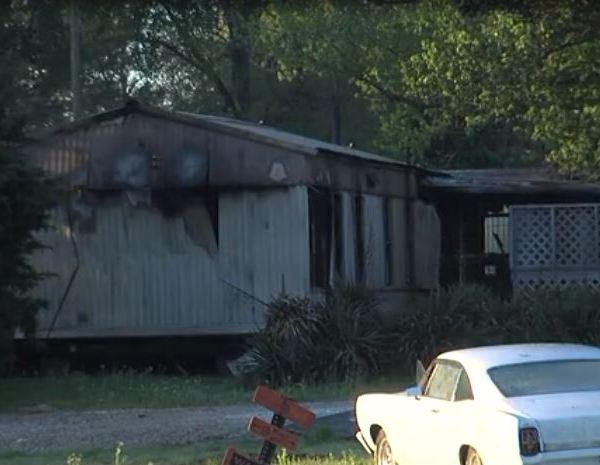 Burned mobile home in Earle_1555341319084.JPG-118809318.jpg
