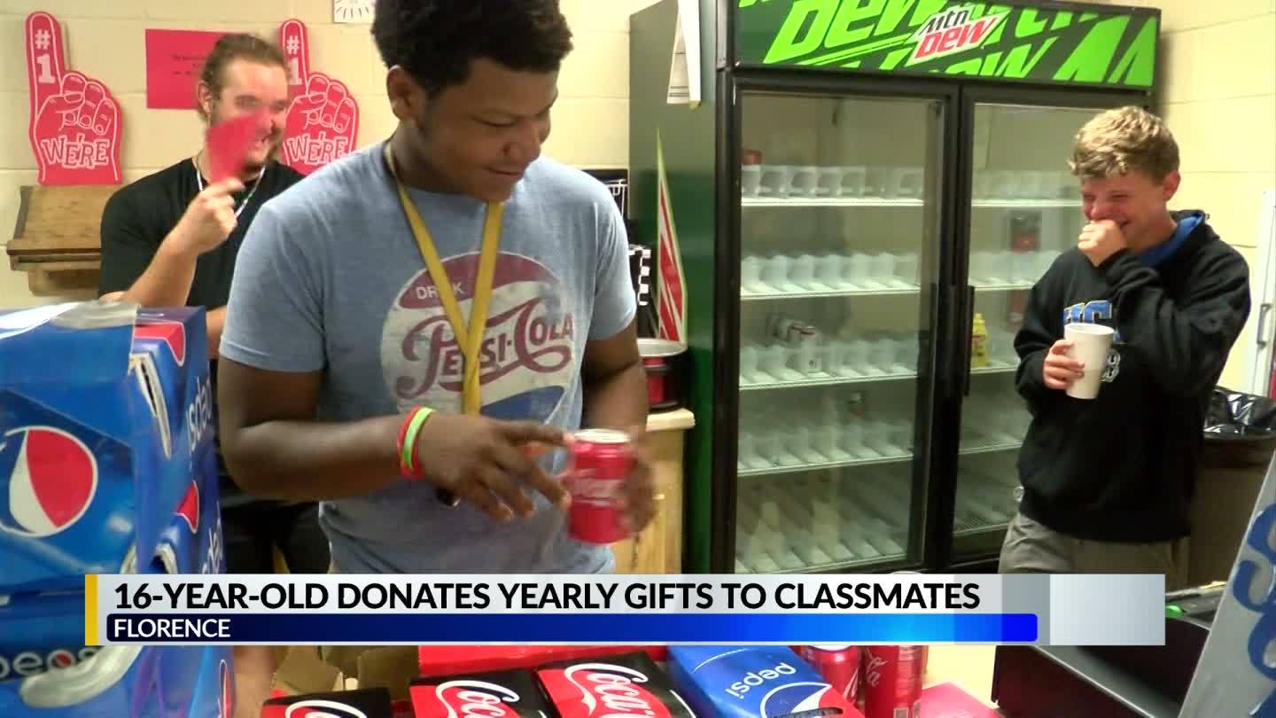 Student_gives_nearly_800_gifts_to_his_en_6_20190515222156-842162548